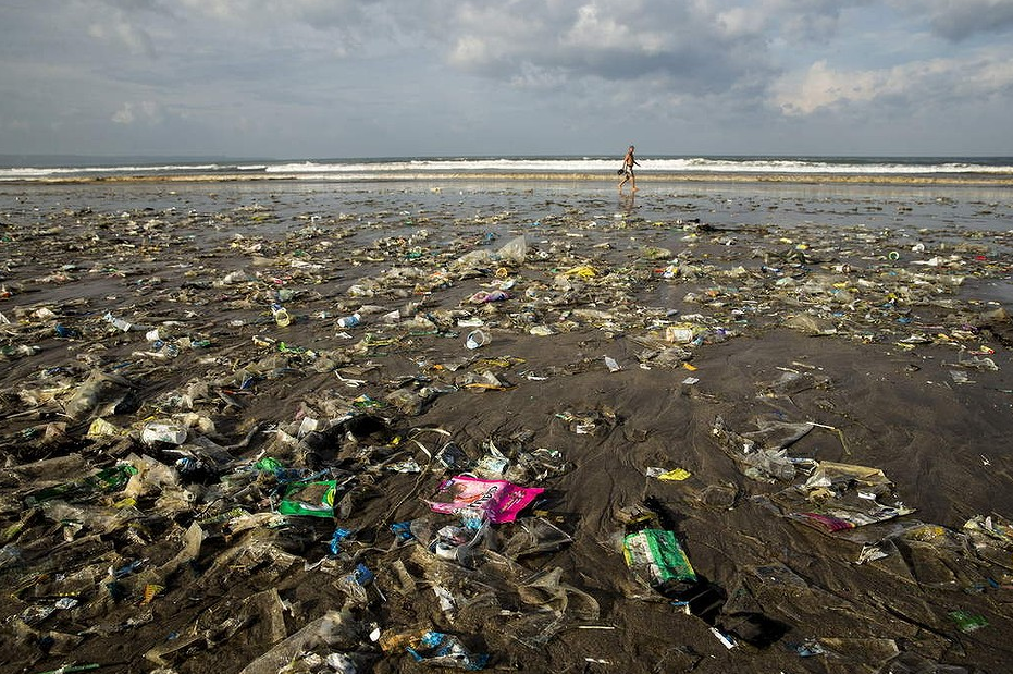 bali-beaches-swamped-tgarbage