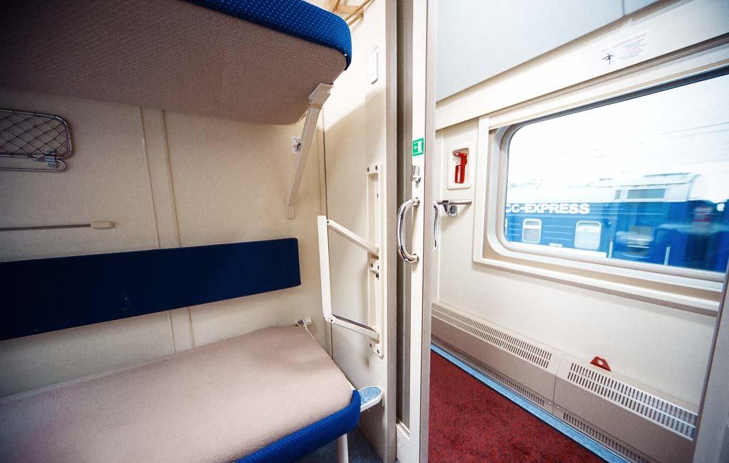 красного двухъярусный поезд фото лежа песке, продемонстрировала